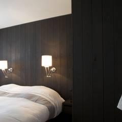 Kastenwand in de slaapkamer (0- maat gemaakt): landelijke Slaapkamer door Antonisseninterieurbouw