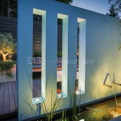Blauwe muur in kleine tuin 30m2:  Tuin door ERIK VAN GELDER   Devoted to Garden Design