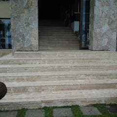 Escada em Travertino NOCE: Corredores e halls de entrada  por CAMASA Marmores & Design