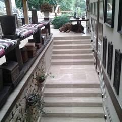 Casa em Angra dos Reis - RJ: Corredores e halls de entrada  por CAMASA Marmores & Design
