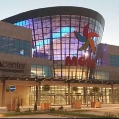 main entrance: Centres commerciaux de style  par mb architects