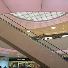 atrium : Centres commerciaux de style  par mb architects