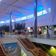 foodcourt of 3000m2: Centres commerciaux de style  par mb architects