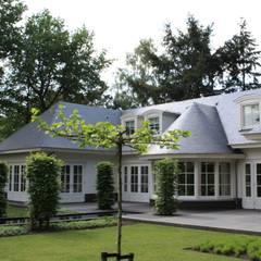 Zonnige droomvilla:  Huizen door Arceau Architecten B.V.