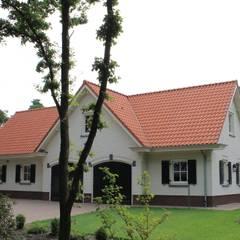 Ook voor het wagenpark is goede huisvesting geregeld: landelijke Garage/schuur door Arceau Architecten B.V.