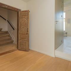 toegang naar de ouder-slaapverdieping en badkamer via oude arabische deur: eclectische Badkamer door CUBE architecten