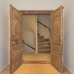 Oude deuren van de opdrachtgever als toegang tot de slaapkamer: eclectische Badkamer door CUBE architecten