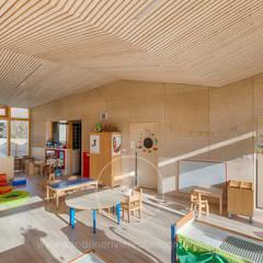 Crèche Bernin - Agence RK2 Architectes: Ecoles de style  par Sandrine RIVIERE Photographie