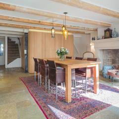 De eetkamer met de moderne kern als meubel in de oude woning: eclectische Eetkamer door CUBE architecten