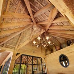 Balcones y terrazas de estilo rural de Rasenberg exclusieve tuinpaviljoens & eiken gebouwen b.v. Rural