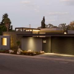 House Sar :  Houses by Nico Van Der Meulen Architects , Modern