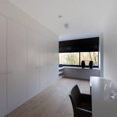 zwart - wit penthouse dressingroom:  Slaapkamer door Interieurvormgeving Inez Burvenich