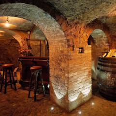 Le antiche grotte: Cantina in stile  di Studio Progettisti Associati Snc