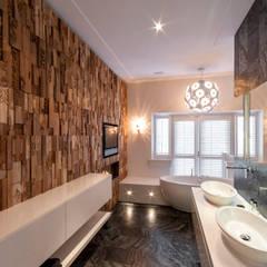 Residential Villa:  Badkamer door Wonderwall Studios