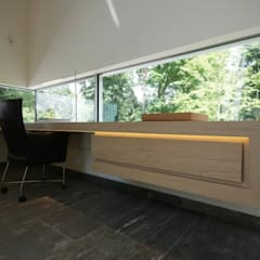 Guesthouse met spa en welness:  Studeerkamer/kantoor door KleurInKleur interieur & architectuur