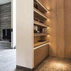 Guesthouse met spa en welness: minimalistische Studeerkamer/kantoor door KleurInKleur interieur & architectuur