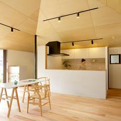 大きな屋根のいえ: miyukidesignが手掛けたリビングです。