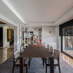 Comedor lineas rectas: Comedores de estilo  de Laura Yerpes Estudio de Interiorismo