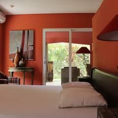Koloniale villa in Curaçao: landelijke Slaapkamer door Alex Janmaat Interieurs & Kunst