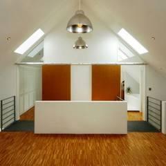Corridor, hallway by Architekten Lenzstrasse Dreizehn