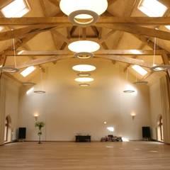 Salas de conferencias de estilo  por Architectenbureau Van Hunnik, Lambrechts en Overduin