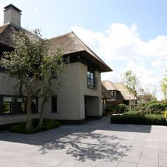 Modern landhuis te Vinkeveen:  Buitenhuis door Building Design Architectuur