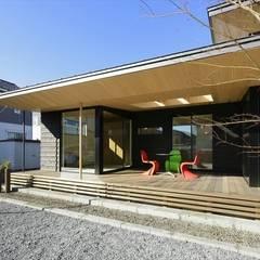 Varandas, marquises e terraços asiáticos por 長谷川拓也建築デザイン Asiático