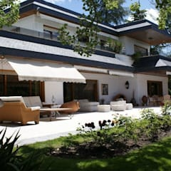 Villa Prado Largo Sauce, Pozuelo de Alarcón: Terrazas de estilo  de Bernadó Luxury Houses