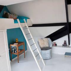 jongenskamer met zwevend bed:  Kinderkamer door IJzersterk interieurontwerp