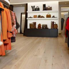 Charme in een modezaak:  Winkelruimten door Nobel flooring
