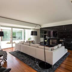 Casa PL: Salas de estar  por Atelier Lopes da Costa