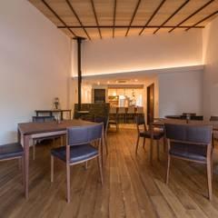 Locales gastronómicos de estilo  por エコリコデザイン一級建築士事務所