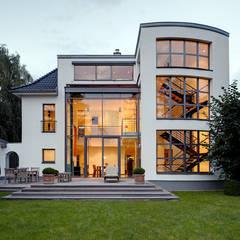 Villa am Rhein – Straßenansicht:  Häuser von Architekturbüro Lehnen