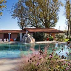 Una piscina per ogni stagione: Hotel in stile  di Biodesign pools
