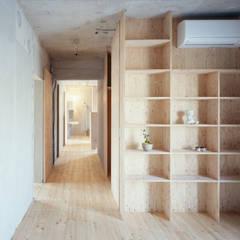 Corridor, hallway by 苅部 寛子建築設計事務所 /OFFICE OF KARIBE HIROKO