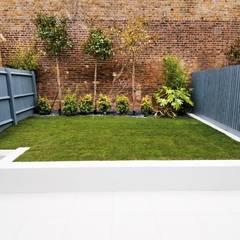 Minimal urban townhouse garden:  Garage/shed by LLI Design