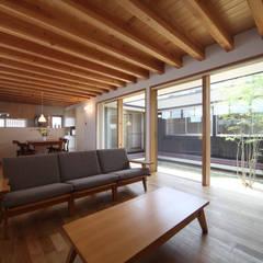 FLAT4~平屋のコートハウス: 青木昌則建築研究所が手掛けたリビングです。,