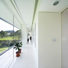 Floating House: hyunjoonyoo architects의  복도 & 현관,