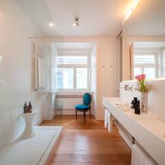 Contemporary bathroom: Casas de banho  por Home Staging Factory