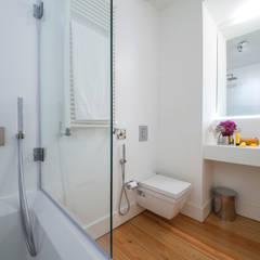 bathroom: Casas de banho  por Home Staging Factory