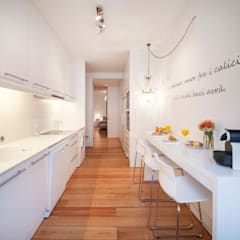 white kitchen: Cozinhas  por Home Staging Factory