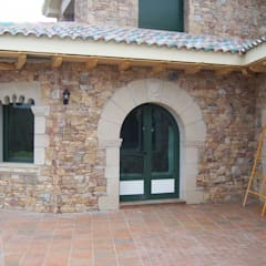 Puerta románica de medio punto. : Ventanas de estilo  de James Rossell