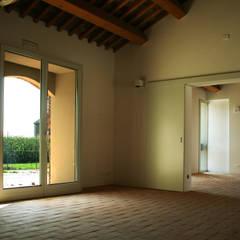 Punto di Ristoro - Sala Interna: Finestre in stile  di Mauro Crepaldi