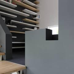 Opkamer met trap:  Studeerkamer/kantoor door Leonardus interieurarchitect