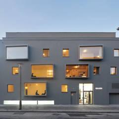 Fassadenansicht Abend:  Mehrfamilienhaus von BCO Architekten