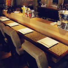 Custom made bar: Restaurants de style  par Matahati