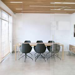 Klinika dentystyczna: styl , w kategorii Kliniki zaprojektowany przez PB/STUDIO