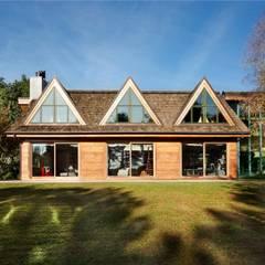 casa in legno: Case in stile  di alberico & giachetti architetti associati