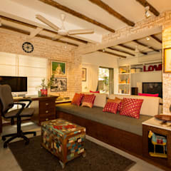 Eclectic Apartment:  Study/office by The Orange Lane