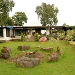 A House in Karjat :  Garden by The Orange Lane
